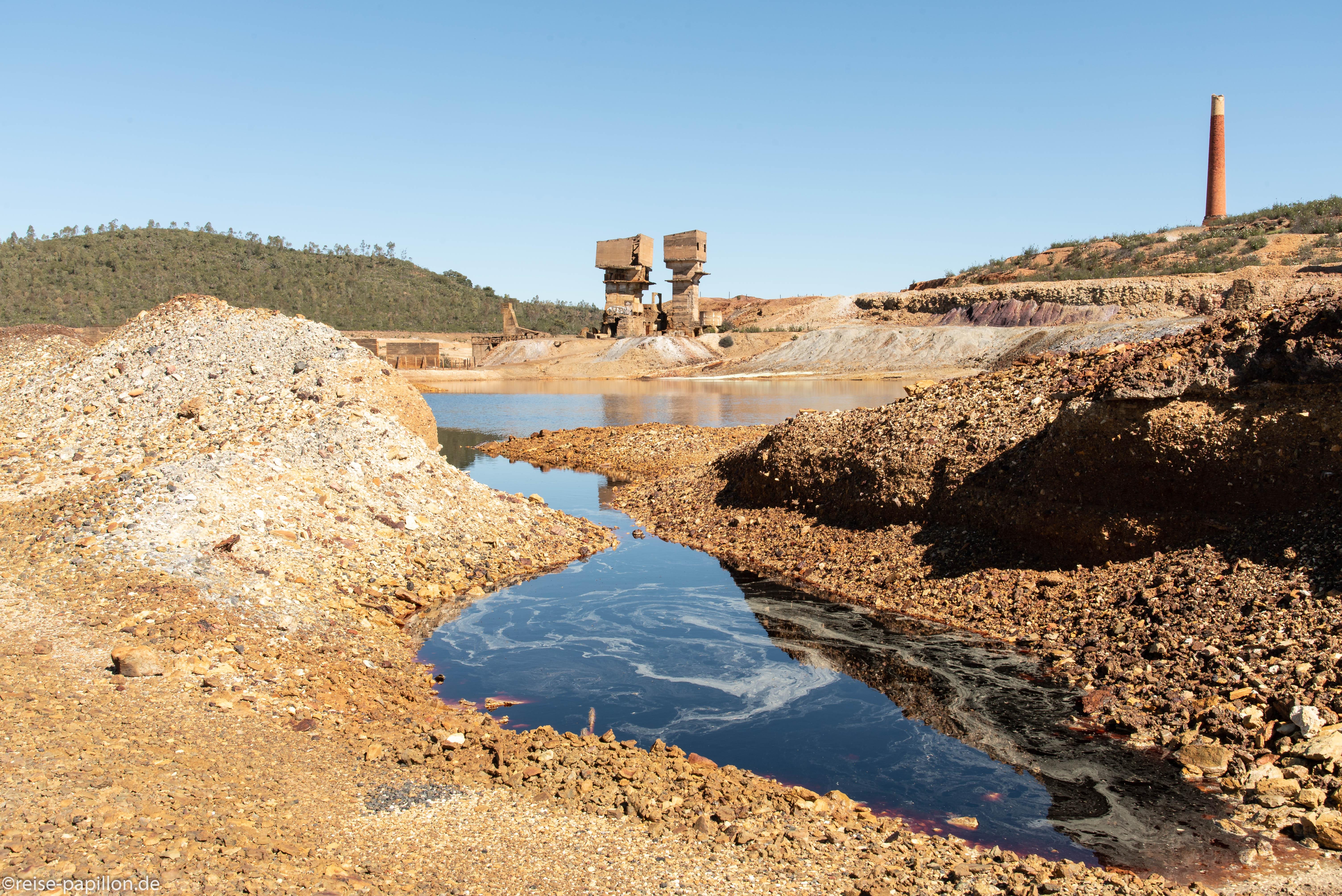 Aufgegebene Kupfermine Sao Domingos - hier herrscht Badeverbot