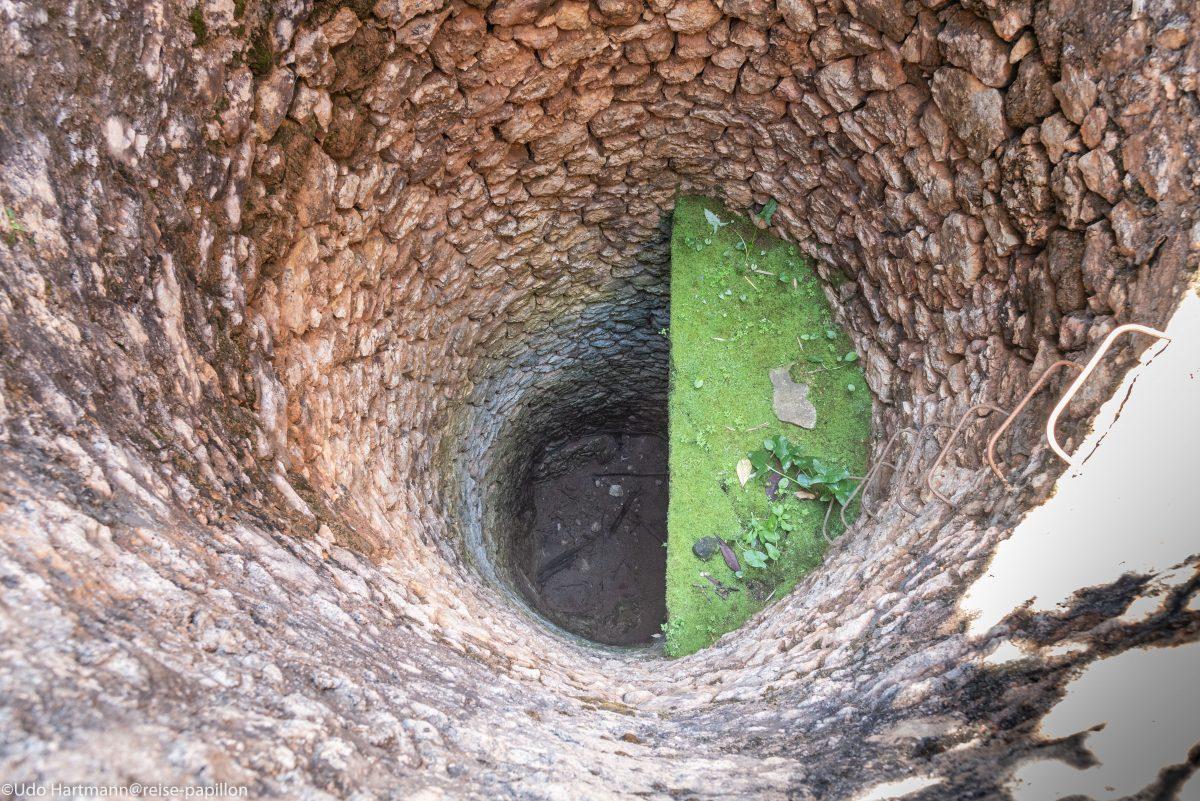 Blick in einen alten Brunnen